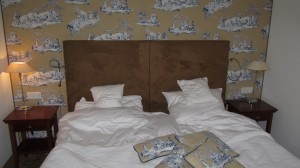Das Bett - die Farben sind zwar nicht so meins, aber insgesamt schon sehr gut das Teil :-) allerdings nicht zu vergleichen mit dem aus Hotel Stein