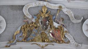 Im innern der Basilika St. Emmeran - ein Deckengebilde mit einem Bischof und einem Löwen auf bayerischen Hintergrund
