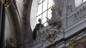 Im innern der Basilika St. Emmeran - der stille Beobachter am linken, hintersten und höchstgelegenen Fenster
