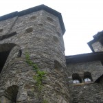 Hochragende Mauern (Blick vom Burghof)