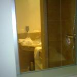 Hotel Goliath Fenster vom Zimmer in Dusche